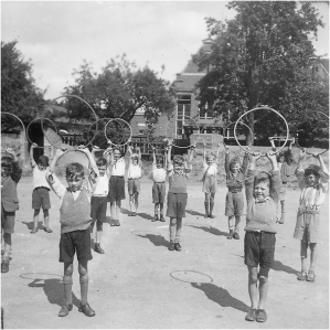 Physical Education class at Goldington Road School, c.1942-1945 (Ref. BPEA/PH/1/52) Copyright: Bedford Physical Education Archive, University of Bedfordshire